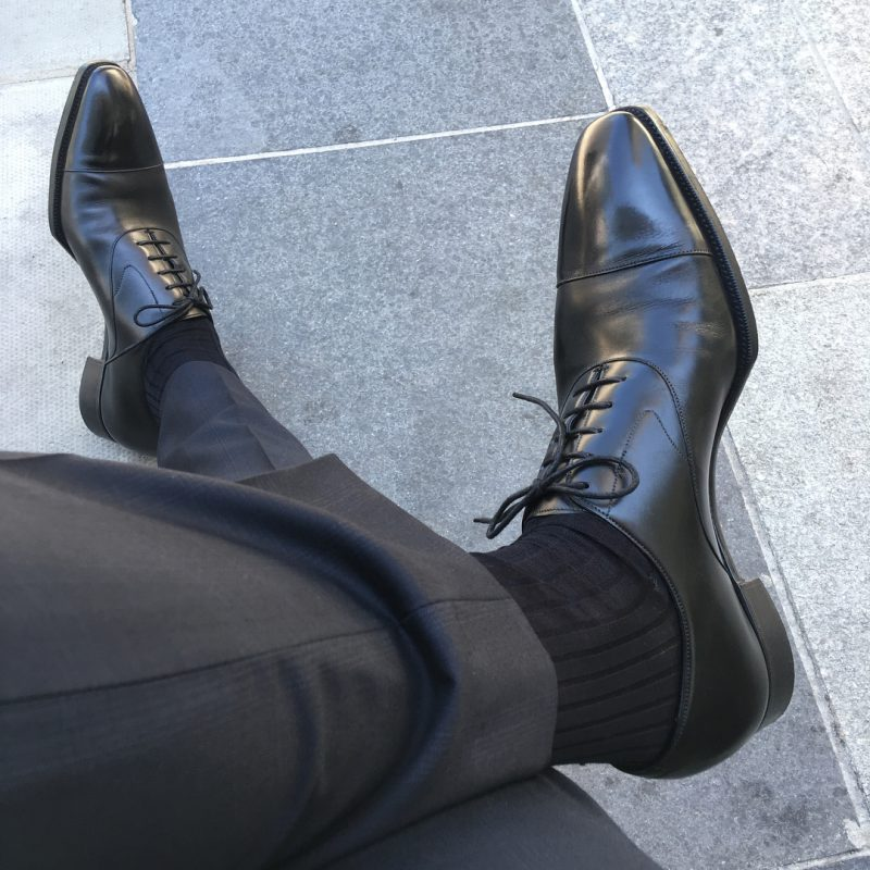 Giày tây đen đi với tất màu gì